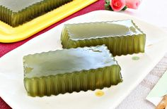 This Honey Green Tea or Matcha Jelly is another healthy and an easy to do dessert. I didn't add any filling like red bean/azuki paste into the jelly as I prefer to have the light delicate refreshing green tea and honey flavour. They taste so perfect after