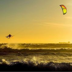 Wind and waves at sunset..! #kitesurfing #beachlife #kitetrip #kitelife…