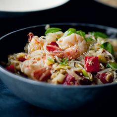 Pad Thai with shrimps, Chinese cabbage and mint, the famous Thai dish … – pot… – Bloğ Parmesan Zucchini Chips, Garlic Parmesan, Vegeterian Dishes, Best Cinnamon Rolls, Napa Cabbage, Chinese Cabbage, Thai Dishes, Spicy Shrimp, Thai Recipes