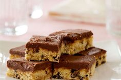 Chocolate chip slice recipe, NZ Womans Weekly – This chocolate chip slice is a particular favourite in our repertoire of slices - Eat Well (formerly Bite) Kiwi Recipes, Sweet Recipes, Vegan Desserts, Dessert Recipes, Picnic Recipes, Chocolate Slice, Chocolate Biscuits, Picnic Foods, Baking Cupcakes