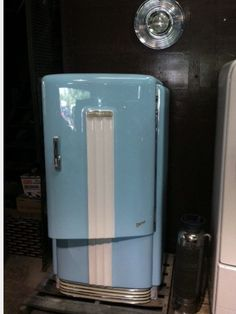 Custom restoration with 1957 Chevy Larkspur Blue! Sweet addition to any garage, man cave or kitchen! Vintage Fridge, Vintage Refrigerator, Vintage Kitchen, Kitchen Klatter, Man Cave Homes, Vintage Appliances, Vintage Architecture, Retro Home, Vintage Love