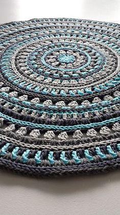 Puff ou tapete Mandala style place mats: free crochet pattern by Kajsa Hubinette ༺✿ƬeresaⱤestegui✿༻ Crochet Kitchen, Crochet Home, Love Crochet, Diy Crochet, Crochet Crafts, Crochet Projects, Crochet Rugs, Crochet Carpet, Crochet Pillow