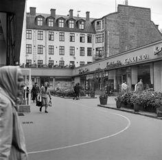 1953 . Forumin liiketalo, Mannerheimintie 20. Valmistui 1952 Mannerheimintien ja Simonkadun kulmaan. Sen liikkeet ovat sisäpihan ympärillä. (Rakennus purettiin 1986 valmistuneen, samannimisen liikerakennuksen, kauppakeskuksen tieltä.) hkm Börje Dilen.