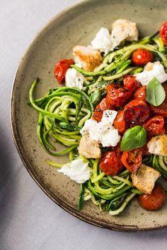 Spaghetti de courgette au pesto, tomates rôties, mozzarella et croûtons | Christelle is Flabbergasting