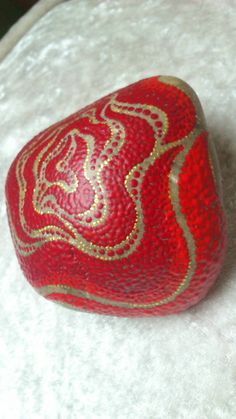 My hand-painted stones are entirely original creations, created with lots of patience, love and joy from deepest soul they spray their special magic everywhere! They are suitable for the decoration on tables, window sills, shelves, balcony and terrace, as Biefbeschwerer or doorstop. Each stone is unique, a long-lasting work of art and a fancy gift to all possible be