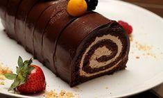 Chocolate roll cake with strawberries Chocolate Roll Cake, Choco Chocolate, Cooking Chocolate, Delicious Chocolate, Chocolate Desserts, Köstliche Desserts, Delicious Desserts, Baking Recipes, Cake Recipes