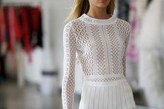 4,077 отметок «Нравится», 26 комментариев — Moda Operandi (@modaoperandi) в Instagram: «Oscar's Angels  @oscardelarenta's new take on ethereal white dresses, glowing #metallics and…»