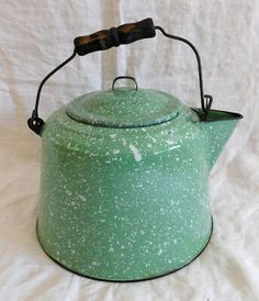 Vintage Pale Green Speckled Graniteware Kettle with Handle! Vintage Kitchen, Kitchen Retro, What's My Favorite Color, Mason Jar Kitchen, Rustic Plates, Antique Stove, Enamel Ware, Vintage Appliances, Vintage Enamelware