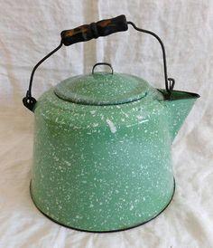 Vintage Pale Green Speckled Graniteware Kettle with Handle! Vintage Kitchen, Kitchen Retro, Old Kitchen, Country Kitchen, What's My Favorite Color, Mason Jar Kitchen, Rustic Plates, Antique Stove, Enamel Ware