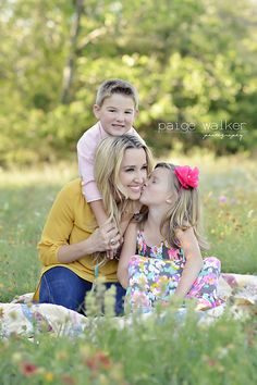 mom with kids pose, daughter kissing mom, kids and mom posing ideas Single Mom Photography, Mom Daughter Photography, Mother Daughter Pictures, Children Photography Poses, Family Portrait Poses, Family Picture Poses, Family Posing, Fall Family Pictures, Mom Pictures
