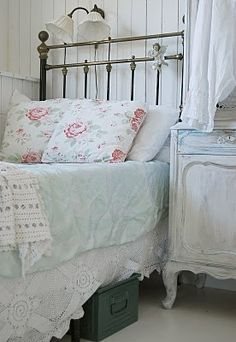 rustic metal bed frame in a shabby chic bedroom Shabby Chic Bedrooms, Shabby Chic Cottage, Bedroom Vintage, Vintage Shabby Chic, Shabby Chic Homes, Shabby Chic Decor, Cottage Style, Rustic Decor, Vintage Lace