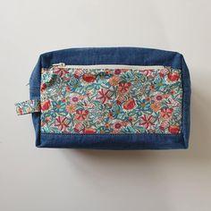 Trousse de toilette Fringante en jean et coton fleuri cousue par Les cousettes de Mélie - Patron Sacôtin