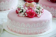#ristiäiskakku #cakedecorating #flowers #baby #pink #pitsiä #vaaleanpunaista #roses #tilausjuttuja