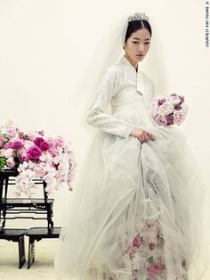 The Hanbok Wedding Dress. 'New' Korean fashion captures world's… Korean Fashion Kpop, Korean Fashion Summer, Korea Fashion, Korean Traditional Dress, Traditional Fashion, Traditional Dresses, Asian Wedding Dress, Korean Wedding, Wedding Dresses