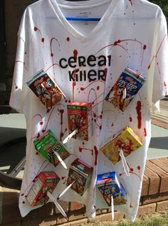Last Minute Costumes for Halloween : DIY Cereal Killer Halloween Costume Diy Halloween Outfit, Cereal Killer Halloween Costume, Disfarces Halloween, Super Easy Halloween Costumes, Original Halloween Costumes, Funny Group Halloween Costumes, Family Costumes, Group Costumes, Family Halloween