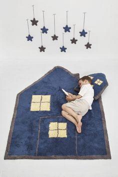 La alfombra House Night, es una alfombra lavable, en forma de casita azul marino, realizada a mano cuidadosamente una a una y de forma artesanal. Azul marino por un lado, blanco por el otro.  Pueden producirse pequeñas variaciones de color y forma en la que recibas en casa, por favor, no lo tomes como un defecto, tu alfombra es una pieza única.