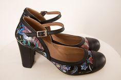 ZAPATO FLORES Zapato de tacón realizado en piel, ajustado a la altura del empeine. Altura de tacón: 6,5 cm - 7 cm.Consejo: estos zapatos dan más talla de lo normal,  por lo que es mejor escoger un número menos al que habitualmente se usa. Por ejemplo, si usas normalmente un 38, es mejor elegir un 37.