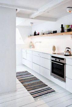 Cozinha branquinha com prateleira em madeira