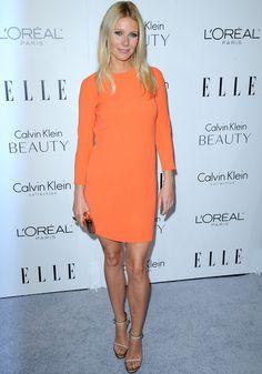 Si hay una palabra que defina el estilo de la actriz es minimal. Este look con minivestido de manga larga en naranja y sandalias nude la representa perfectamente.