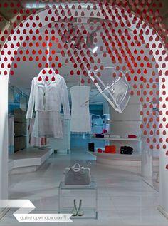 dailyshopwindow-vitrines-créatives-creative-windows-vitrines-magasins-windows-shop-Courreges_03_12APR2015