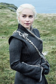A gallery of Game of Thrones publicity stills and other photos. Featuring Emilia Clarke, Kit Harington, Sophie Turner, Peter Dinklage and others. Dessin Game Of Thrones, Arte Game Of Thrones, Game Of Thrones Facts, Game Of Thrones Costumes, Game Of Thrones Funny, Game Of Thrones Cosplay, Game Of Thrones Characters, Emilia Clarke, Full Lace Front Wigs
