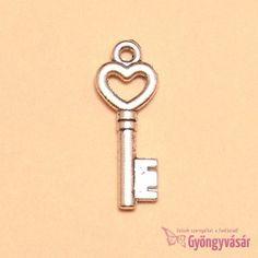 Ezüstszínű szíves kulcs - fém fityegő