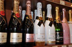 Κάποιες από τις κορυφαίες σαμπάνιες του κόσμου δεσπόζουν στα ράφια των #FloraSuperMarkets!  Στην κάβα μας θα βρείτε μια τεράστια ποικιλία σε ποτά κάθε είδους, για να καλύψουν και τα πιο απαιτητικά γούστα. Wine And Spirits, Facebook Marketing, Timeline Photos, Mykonos, Champagne, Flora, Drinks, Bottle, Products