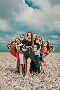 Group Photography Poses, Indian Wedding Photography Poses, Photography Tricks, Pose Portrait, Family Portrait Poses, Group Picture Poses, Girl Photo Poses, Group Photos, Shooting Photo Amis