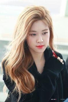 Rosé Airport Photos at Incheon to Taiwan on March 2019 Yg Entertainment, South Korean Girls, Korean Girl Groups, Airport Photos, Blackpink Members, Rose Park, Kim Jisoo, Blackpink Fashion, Jennie Lisa