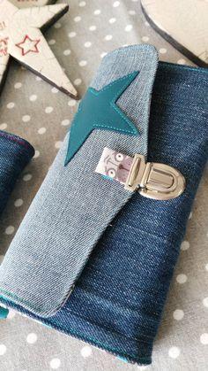 Pochette réalisée en jeans recyclé ! Livrée avec une chaînette et une dragonne. Dimension : 20cmx30cmx4cm Chaque pièce est différente ! Tweet