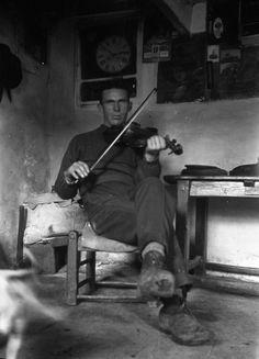 Young man (Seán Ó Criomhthain) playing fiddle, Blasket Islands, Count Kerry. Love Ireland, Images Of Ireland, Ireland Travel, Old Irish, Irish Celtic, Celtic Signs, Wales, Irish People, Erin Go Bragh