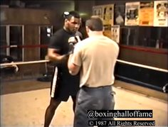 Mike Tyson Super on the Pads – This Day February 1987 – Training for Smith. Trainers – this is how it is done. Boxing Workout Routine, Boxing Training Workout, Mma Workout, Kickboxing Workout, Gym Workout Videos, Mike Tyson Workout, Mike Tyson Training, Mike Tyson Boxing, Boxing Techniques