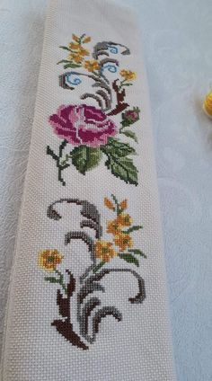 Cross Stitch Rose, Cross Stitch Flowers, Cross Stitch Embroidery, Hand Embroidery, Cross Stitch Patterns, Baby Dress Patterns, Filet Crochet, Small Flowers, Knitting Designs
