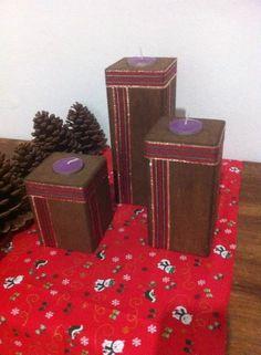 Trio de Porta Velas. Feitos em madeira, com motivo natalino. Acompanham três velinhas aromatizadas. <br> <br>Tamanhos: <br>P: 10 cm de altura por 7,5 cm <br>M: 15 cm de altura por 7,5 cm <br>G: 20 cm de altura por 7,5 cm