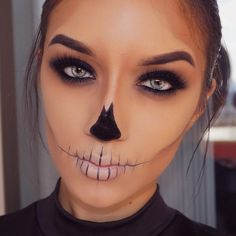 Looking for for inspiration for your Halloween make-up? Browse around this site for unique Halloween makeup looks. Rosto Halloween, Disfarces Halloween, Creepy Halloween Makeup, Halloween Skeletons, Simple Halloween Makeup, Skeleton Halloween Costume, Scarecrow Makeup, Halloween Couples, Easy Halloween Costumes