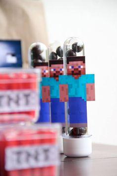 Veja aqui uma linda decoração Minecraft para festa em casa. Bandeirolas, doces, avatares e paper toy dos personagens do game que é sensação entre a molecada.