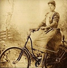 Annie get your bike! From 1894 journal 'The Bearings,' this pic is of Annie Oakley, famous sharpshooter. She was an ardent wheelwoman, biking 20 miles a day. She even incorporated shooting while riding in her Buffalo Bill's Wild West Show days Historical Romance, Historical Photos, Vintage Photographs, Vintage Photos, Wild West Show, Trick Riding, Western Photo, Annie Oakley, Buffalo Bills