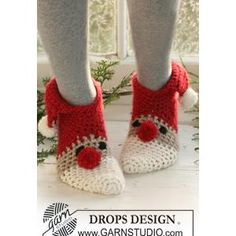 Crochet DROPS Christmas slippers in Eskimo. Sizes for children and adult. Free crochet pattern by DROPS Design. Crochet Santa, Holiday Crochet, Crochet Slippers, Christmas Knitting, Knit Or Crochet, Crochet Crafts, Crochet Projects, Free Crochet, Women's Slippers