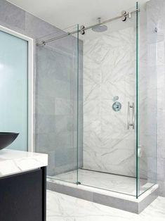 porte de douche coulissante et moderne en verre dans la salle de bains