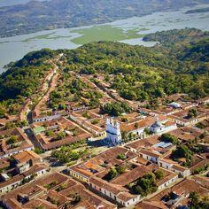 Vista parcial del #Humedal del Embalse del Cerron Grande sobre el Rio #Lempa y la Ciudad de #Suchitoto #ElSalvador #CentroAmerica | #Fotografia aerea por #VisitCentroAmerica