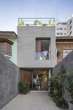Brazilian firm Estúdio BRA Arquitetura has designed a compact house for a long and narrow parcel of land, incorporating front and rear courtyards, and a rooftop deck. Small House Design, Modern House Design, Future House, My House, Compact House, Narrow House, Home Fashion, Exterior Design, Modern Exterior