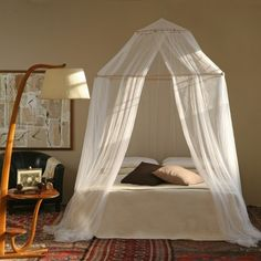 Dossel mosquiteiro TINA - Grigolite Add a square PVC pipe (painted) to create a square space with the mosquito net. Mosquito Net Bed, Bed Net, Bed Curtains, Dream Rooms, New Room, House Rooms, Diy Bedroom Decor, Home Decor, Girl Room