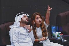 Maktoum bin Mohammed y Al Jalila bint Mohammed bin Rashid Al Maktoum, viendo 'La Perle', Dubái, 23/09/2017. Vía: dubaimediaoffice