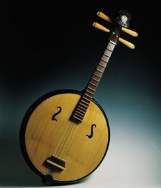 RUAN Los orígenes del ruan se remontan a la China de las dinastías Qin y Han, entre los años 221 a.C. y el 220 d.C. El nombre del instrumento procede de Ruanxian, un músico del siglo iii, y así se le conoció hasta la dinastía Tang (618-907). Está relacionado con el yuequin (yue: luna; quin: genérico para los instrumentos de cuerda). Ambos constan de cuatro cuerdas, pero en el caso del yuequin, éstas están agrupadas en dos órdenes dobles, a diferencia del ruan que presenta cuatro órdenes de… Ukulele, Violin, Tin Whistle, Instruments, Music Images, China, Music Photo, Chinese Antiques, Acoustic Guitar