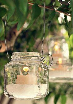 Vidro, arame e vela: eis uma luminária. Não se esqueça de colocar sal grosso ou água para evitar estouros