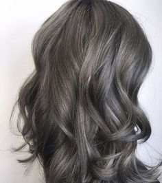 Aschbraun ist der neue Haarfarben-Trend 2018 Ash Brown is the new hair color trend 2018 Ash Gray Hair Color, Ash Brown Hair Color, Ash Hair, Ombre Hair, Grey Ombre, Blonde Color, Dark Grey Hair Charcoal, Brown Hair Going Grey, Medium Ash Brown Hair
