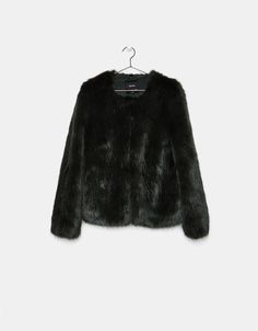 Cropped faux fur coat. Ανακαλύψτε το μαζί με πολλά άλλα ρούχα στο Bershka, με νέες παραλαβές κάθε εβδομάδα.