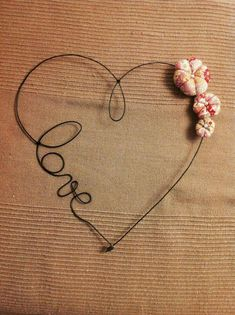 Best Garden Decorations Tips and Tricks You Need to Know - Modern Wire Hanger Crafts, Wire Hangers, Wire Crafts, Barbed Wire Art, Art Fil, Wire Wall Art, Wire Ornaments, Wire Flowers, Heart Crafts