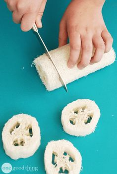 DIY Luffa Soaps - make your own soap with loofah inside, great for exfoliating Homemade Soap Recipes, Homemade Gifts, Diy Gifts, Soap Dish For Shower, Diy Savon, Diy Peeling, Shea Butter Soap, Soap Molds, Homemade Beauty