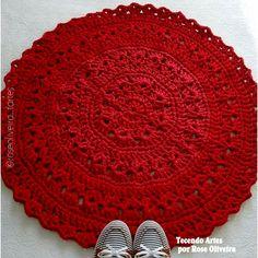 Boa tarde meninas!     Fiz esse tapete todo charmosinho para usar os fios de malha nos tons de vermelhos que os parceiros me mandaram! ...